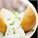 Teller mit Backkartoffel mit Sourcreme