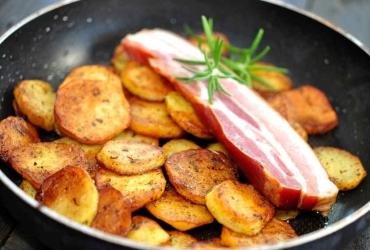 Pfanne mit Bratkartoffeln und Speck