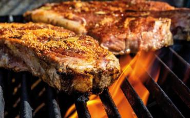 Steaks auf dem Grill über offenem Feuer