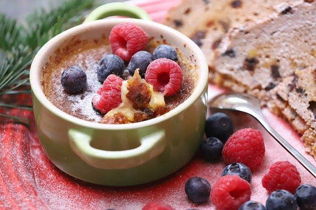 Crème brulée mit Beeren