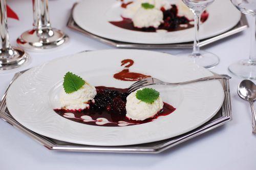 Dessert-Teller mit Vanilleeis und roten Früchten