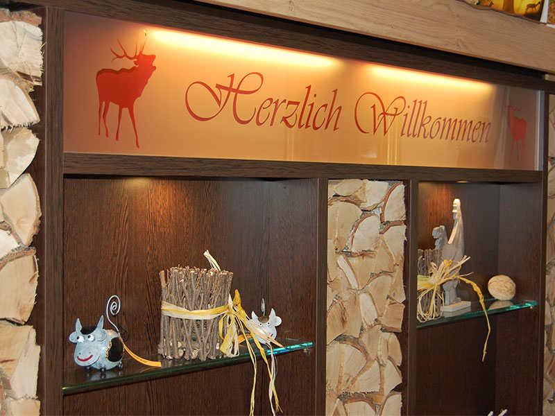 Tafel Herzlich willkommen am Eingang des Wildpark-Restaurants