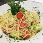 Spaghetti mit Spitzkohl und Tomaten auf Teller