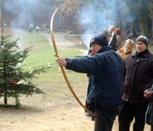 Mann beim Bogenschießen bei der Weihnachtsfeier im Wildpark Schwarze Berge